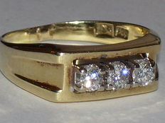 Yellow gold ring of 14 kt with 3 white topazes