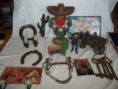 Western items - Amongst others Old brass powder horn, gold-mining car, prison keys, large poly resin cactus, etc - 2nd half of 20th century