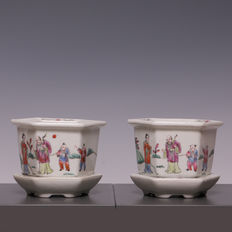 Couple of Famille rose porcelain flowerpots on under-platters – China – First half of the 20th century (Republic era).