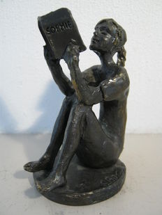 Corry Ammerlaan van Niekerk - signed sculpture - Reading Girl with book about Sophie