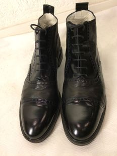 Bally – Brogues/lace-up boots in calfskin, new condition.