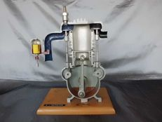 4 stroke engine - cutting model - 31 x 23 cm - 1950-1970