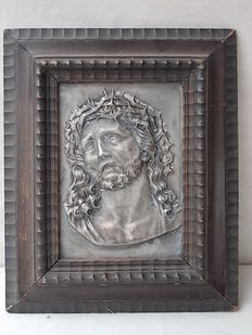 Ancient silver bas-relief depicting the face of Christ with the Crown of thorns - with an ancient and important guilloché frame of the late 19th century - Italy