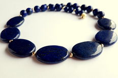 Necklace made of lapis lazuli beads, with 585/1000 yellow gold clasp as well as 585/1000 in-between beads