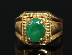 Gold men's ring of 18 kt set with 3 ct emerald ***No reserve***