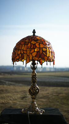 Lamp with Amber Baltic, large pieces of amber framed hand, inclusions, UV test, Certificate of Authenticity, 2700 grams