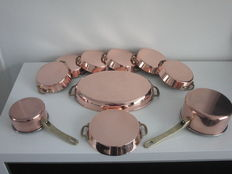 7 sauce/oven dishes - copper-stainless steel-production/ yellow/brass handles and oval fish platter - 2 saucepans