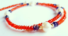 Necklace with cultured freshwater pearls, iolite and carnelian beads, in 750/1000 kt yellow gold