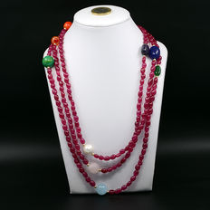 Long necklace made of rubies and different gemstones with 18 kt (750) yellow gold clasp