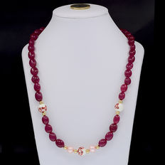 Ruby and cultured pearl necklace with 18 kt/750 yellow gold clasp.