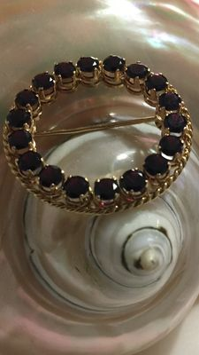 18 kt gold brooch with gorgeous garnet stones, 6.7 g