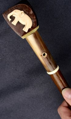 Natural wood shaft walking stick with composite material pommel and horn with elephant decoration also in composite, art deco period