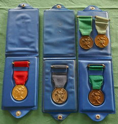 """Walt Disney - 3x """"Club di Topolino"""" medals: bronze, silver and gold - with their original binder - (1960s)"""