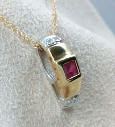 Chain and pendant, in 18 kt (750/1000) white and yellow gold, with natural ruby weighing 0.36 ct - Total weight: 2.83 g