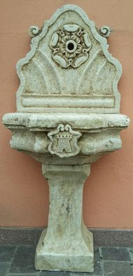 Fine fountain in Nembro yellow marble with the emblem of Parma - Italy - end of the 19th century.