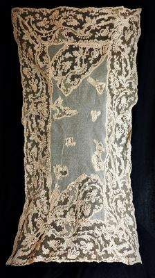 A spanish hand made needlepoint bobbin lace table runner, Spain, late 19th century