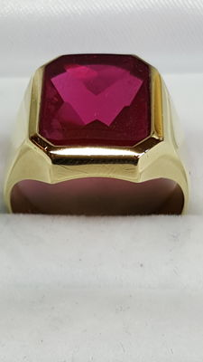 Beautiful 14 kt Gold Signet Ring with Ruby