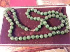 Jade necklace with 18 kt gold clasp - Length: 72 cm