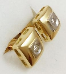 18 kt/750 white and yellow gold earrings with 0.08 ct diamonds, weighing 2.85 g