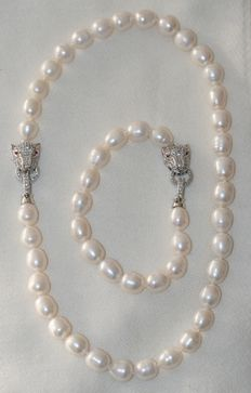 Freshwater rice pearl set. Silver clasp.