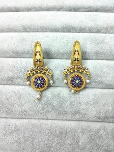 Earrings – 18 kt sanded yellow gold, with enamel and diamonds.