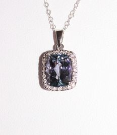 14 kt white gold pendant, on a necklace, with a 3.15 ct natural tanzanite and diamonds, 0.35 ct in total.