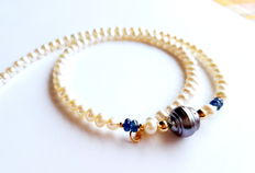 Necklace with cultured freshwater pearls, sapphires and tahitian pearl, in 750/1000 kt yellow gold