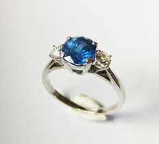 Ring with a magnificent natural blue jean sapphire and 2 Top Wesselton diamonds - size 55.