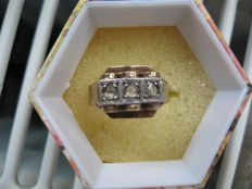 Vintage ring with 3 diamonds of 0.11 ct each in 14K gold and platinum