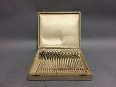 Silver plated cutlery for 12 persons, 12 large forks and 12 large spoons, in original case, England, ca. 1910