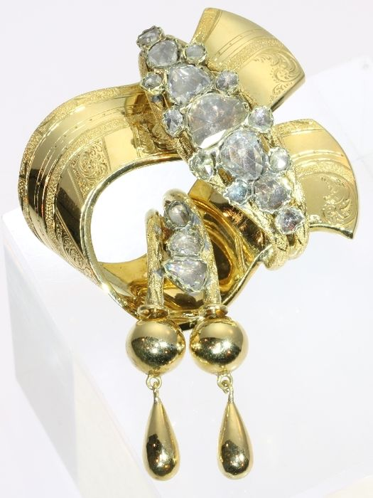 Antique yellow gold knot shaped brooch with diamonds - anno 1850