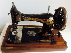 Antique Singer sewing machine with wooden chest, 1895