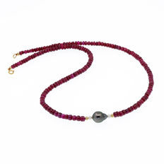 Necklace made of rubies, Tahitian pearl and cultured pearls with 18 kt (750) yellow gold clasp.