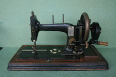 Very old Singer sewing machine, case included (good condition),  approx.1900