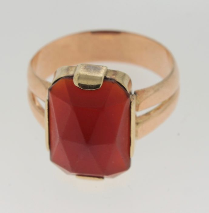 Yellow gold ring inlaid with carnelian