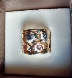 Three-tone golden ring with flower embellishments