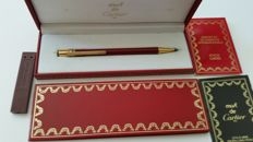 Cartier propelling pencil in red Chinese lacquer, white gold and rose gold.