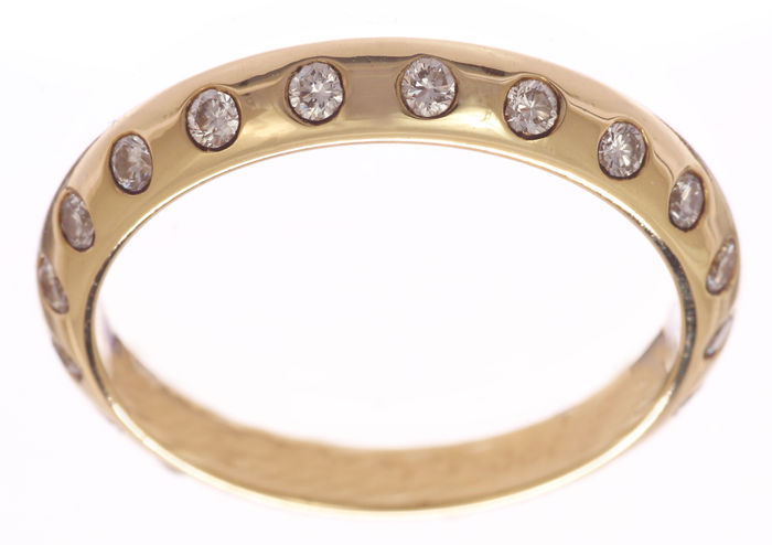 Gold stacking ring of 14 kt set all around with 0.40 ct. TW-VSI brilliant cut diamonds – Ring size: 54