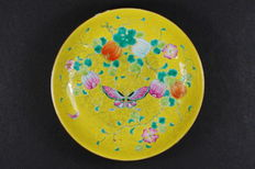 "Famille rose plate, ""butterflies and pumpkins"" on a yellow background – China – Guangxu period (1875–1908)"