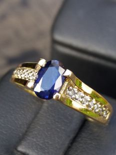 18 kt gold ring: Sapphire: 0.47 ct / with diamond on both sides: 16 brilliant cut diamonds