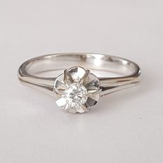 Platinum solitaire ring with one diamond