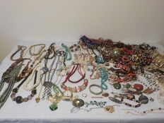 Jewellery from antique to modern over 240 items, of which 330 g 800/835 silver