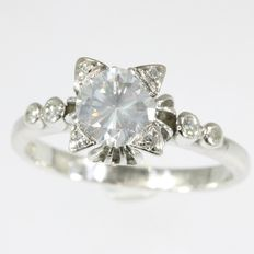 Vintage platinum solitaire engagement ring with central diamond cornered by 4 diamonds, anno 1950