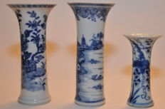 Blue white set of vases - China - 18th century (Qianlong period).