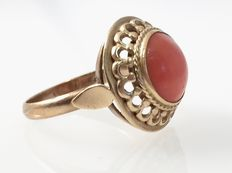 Gold ring with a 0.98 mm, round, red coral.