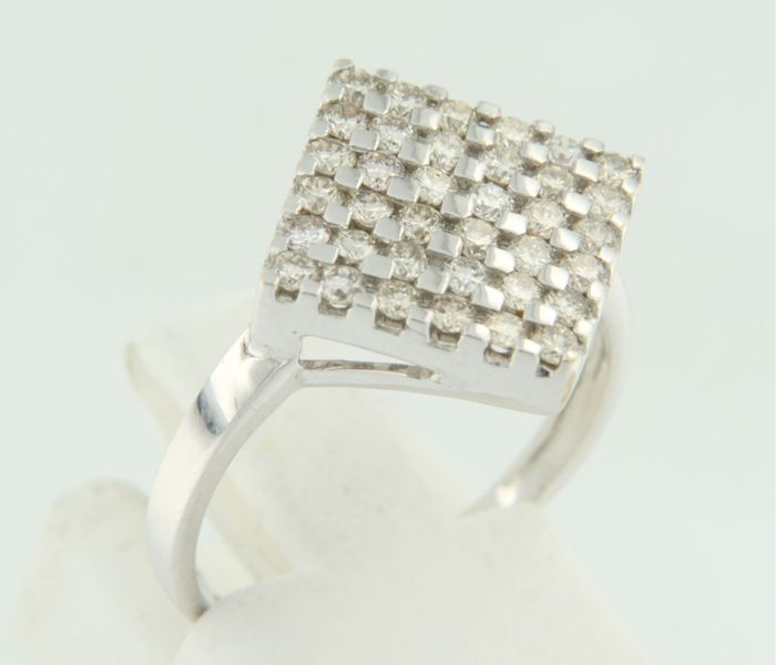 18 kt white gold ring set with 36 brilliant cut diamonds, 0.90 carat, ring size 16.5 (52).