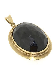 14 kt gold pendant with a large, facet cut garnet, 12 g, size 35 x 30 mm.