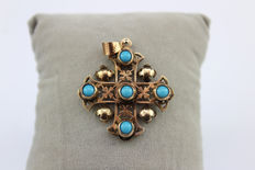 Cross pendant in 14 kt gold with natural turquoises