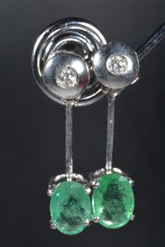 18 kt white gold earrings with diamonds and oval emeralds. Total: 2.15 ct *** No reserve ***