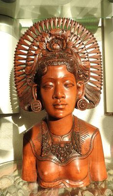 Large bust of a woman signed - Bali - Indonesia